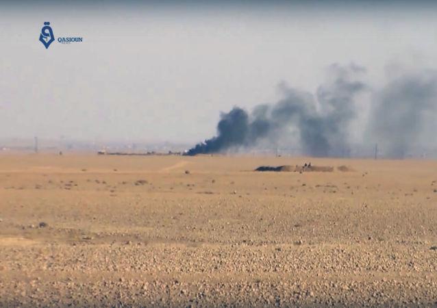 Dym podczas walki między siłami koalicji USA z bojownikami Daesh w pobliżu miasta Rakka w Syrii