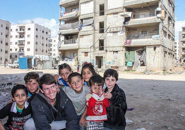 Dzieci w zrujnowanej dzielnicy Aleppo