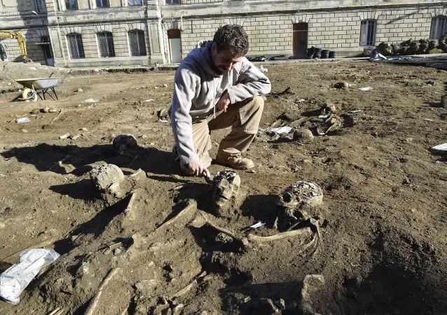 Archeolog na miejscu starożytnej nekropolii w Bordeaux