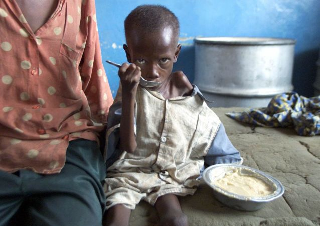 Wychudzone z głodu dziecko w szpitalu w Cabinda, Kongo