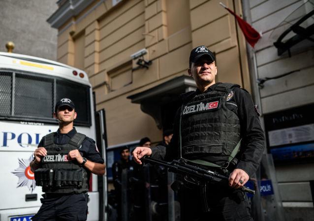 Tureccy funkcjonariusze policji przed budynkiem Konsulatu Generalnego Rosji w Stambule
