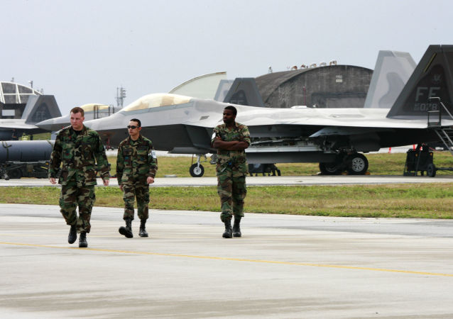 Amerykańscy wojskowi w bazie lotniczej Kadena w Japonii