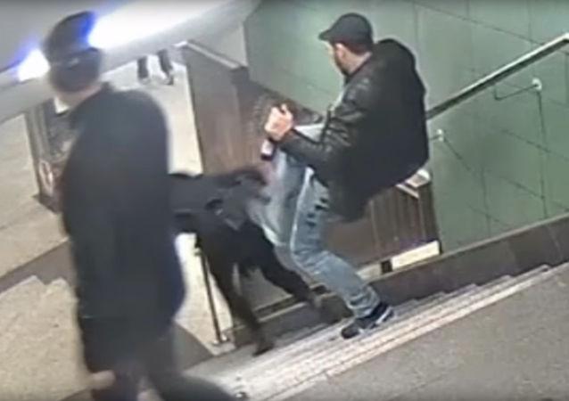 Migrant popycha nogą dziewczynę w berlińskim metrze