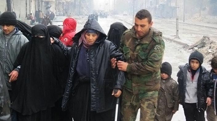 Syryjski żołnierz i mieszkańcy wschodniego Aleppo.