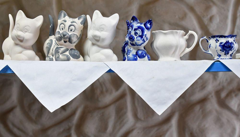 """""""Gżelska Fabryka Zdobienia Artystycznego"""" produkuje ponad 700 rodzajów wyrobów: serwisy do kawy i herbaty, serwisy obiadowe, komplety naczyń, poszczególne naczynia, przedmioty dekoracji wnętrz, rzeźby, płytki do obudowy kominków i wiele innych."""