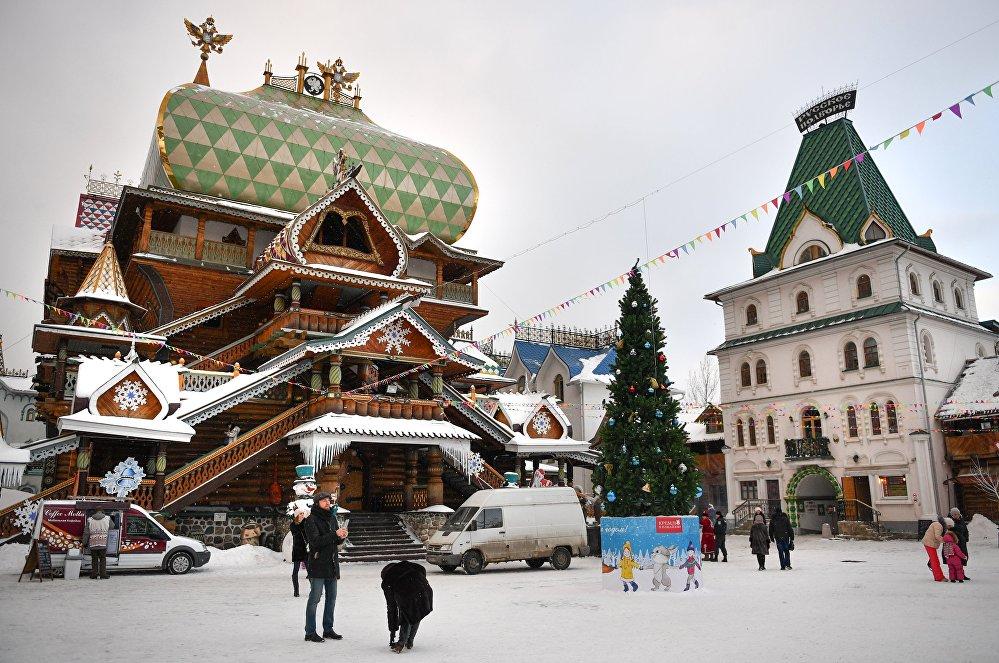 Pałac rosyjskiej biesiady (z lewej) na terenie kompleksu kulturowo-rozrywkowego Izmaiłowski Kreml