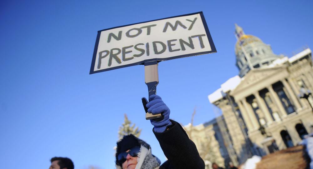Uczestnik akcji protestacyjnej przeciwko Donaldowi Trumpowi w przeddzień głosowania Kolegium Elektorów