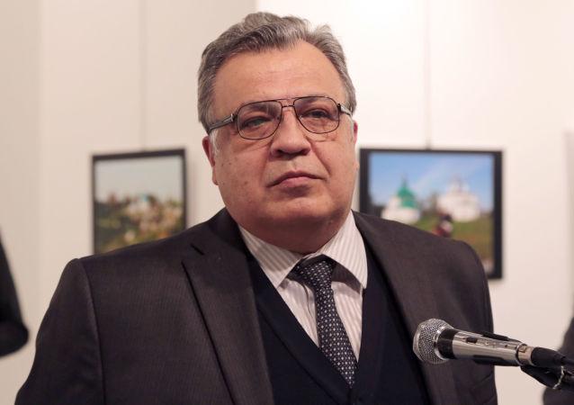 Rosyjski ambasador w Turcji Andriej Karłow w galerii sztuki współczesnej w Ankarze