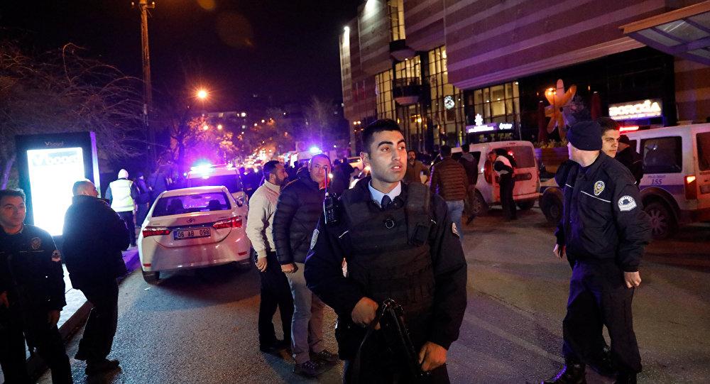 Turecka policja przed budnkiem galerii w Ankarze, w której zastrzelono rosyjskiego ambasadora Andreja Karłowa