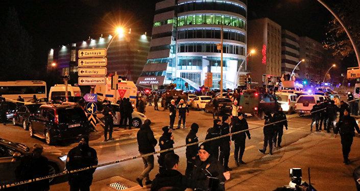 Turecka policja zabezpiecza teren w pobliżu galerii w Ankarze, w której zastrzelono rosyjskiego ambasadora Andreja Karłowa