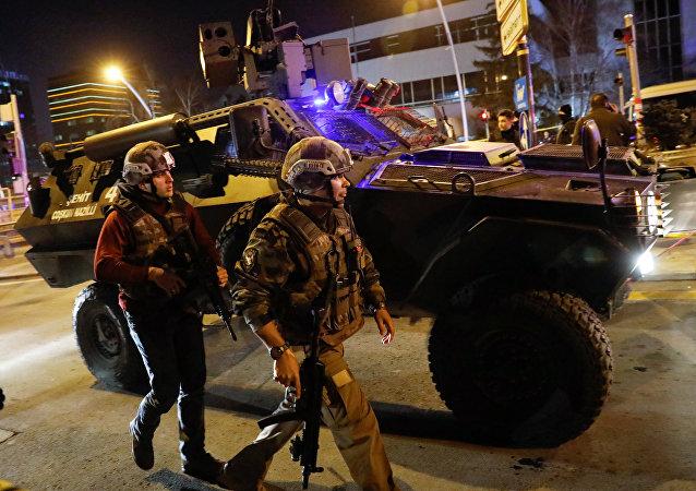 Policja zabezpiecza treren wokół galerii, w której strzelano do ambasadora Rosji Andreja Karłowa