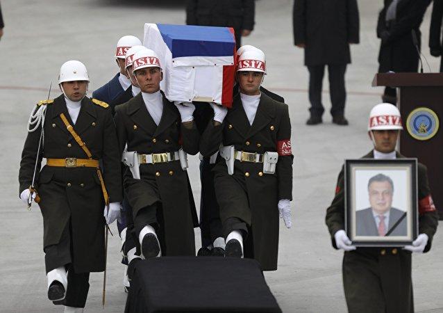 Ceremonia pożegnania zabitego rosyjskiego ambasadora w Ankarze