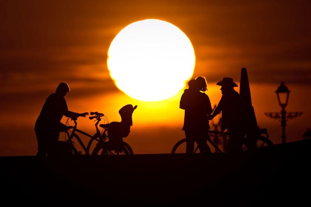 Rowerzyści podczas zachodu słońca na promenadzie niedaleko Parku Olimpijskiego w Soczi