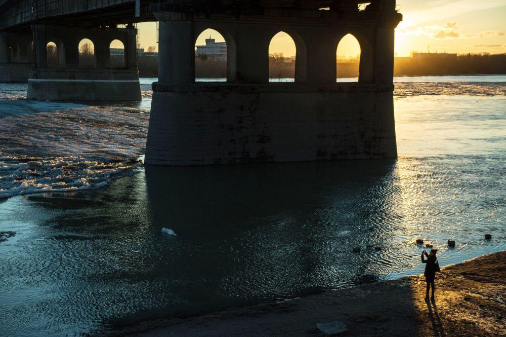 Leningradzki most przez rzekę Irtysz w mieście Omsk