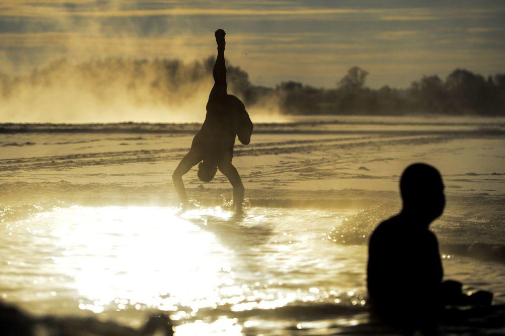 Wielbiciele pływania zimowego w Nowogrodzie Wielkim