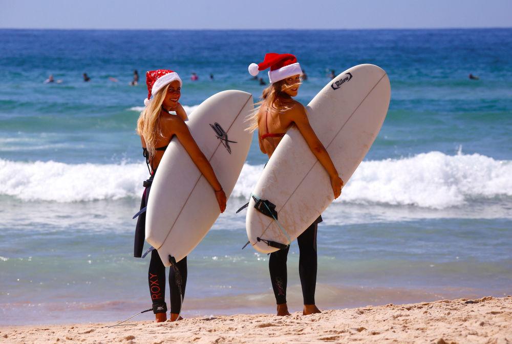 Niemieckie turystki w bożonarodzeniowych czapkach na plaży w Australii