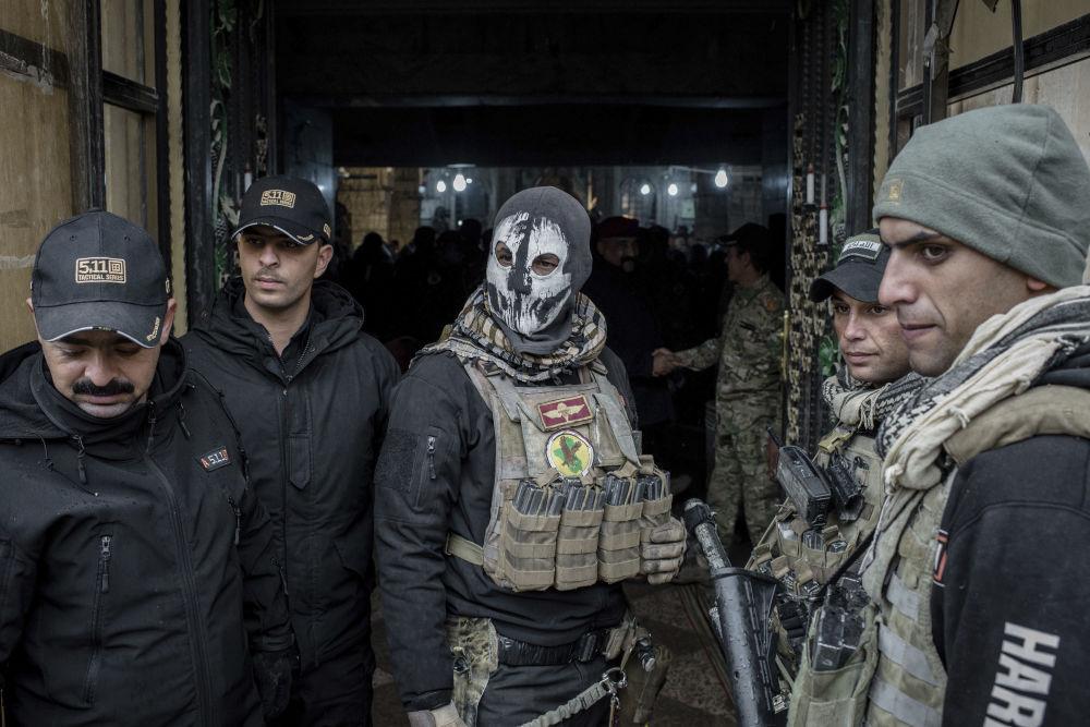 Iraccy wojskowi przy wejściu do świątyni podczas bożonarodzeniowej mszy w Iraku