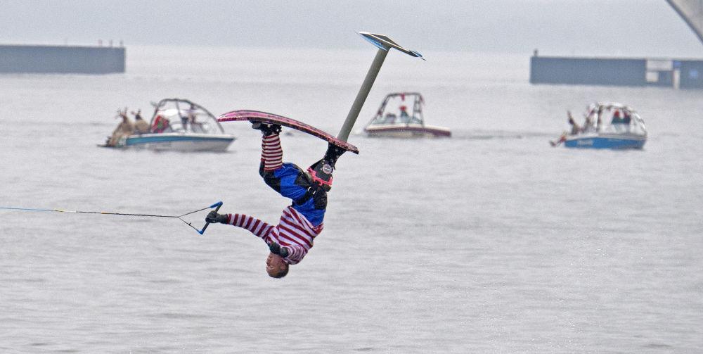 Uczestnik bożonarodzeniowego pokazu jazdy na łyżwach wodnych w Waszyngtonie