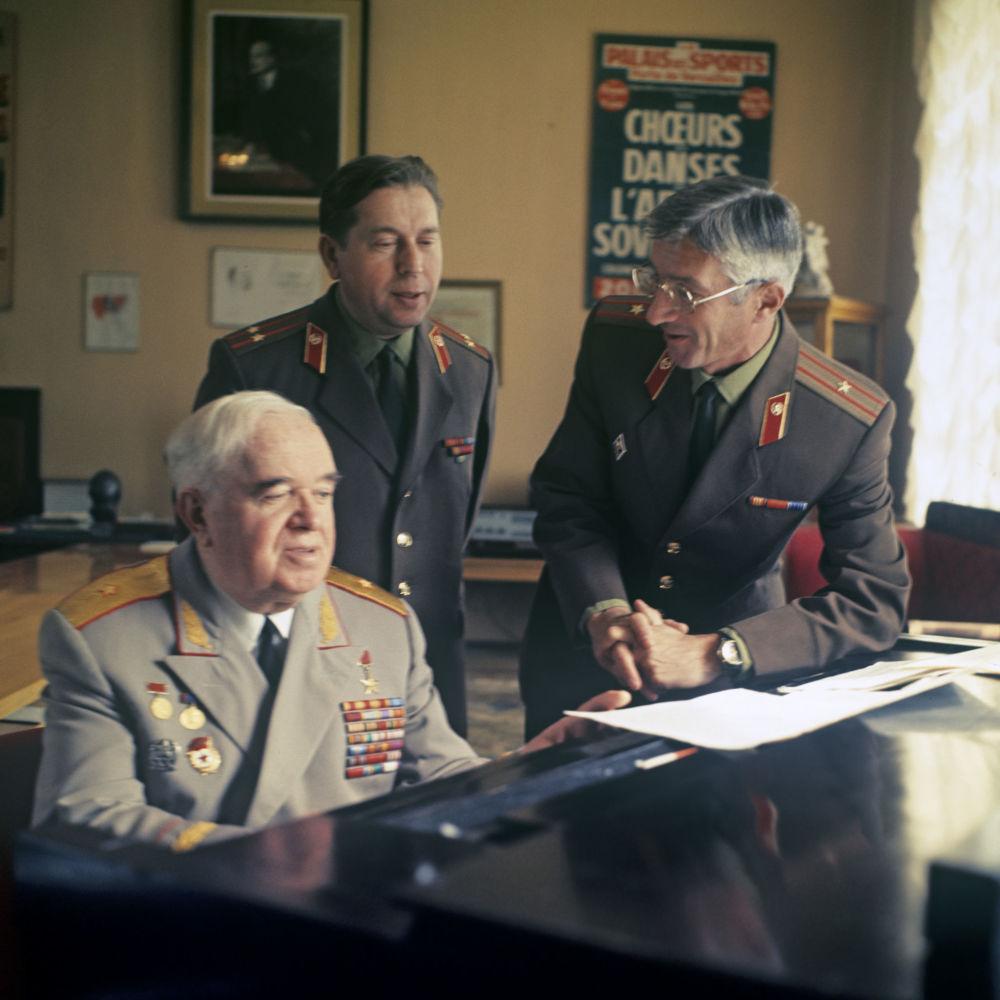 Przy fortepianie (z lewej) kierownik artystyczny Chóru Aleksandrowa, Ludowy Artysta ZSRR Boris Aleksandrow i dyrygenci zespołu J. Pietrow i E. Tytianko.