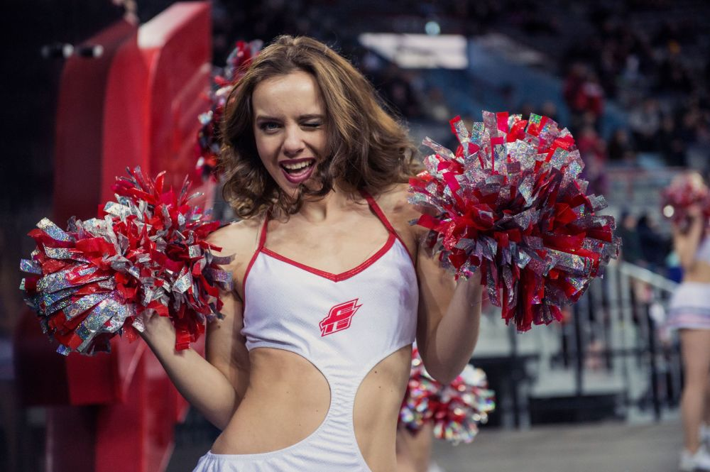 Cheerleaderka zespołu Cherry Klubu Hokejowego Awangard Omsk