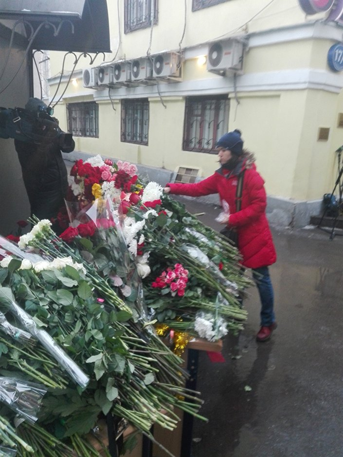Ludzie składają kwiaty pod Fundacją Sprawiedliwa Pomoc