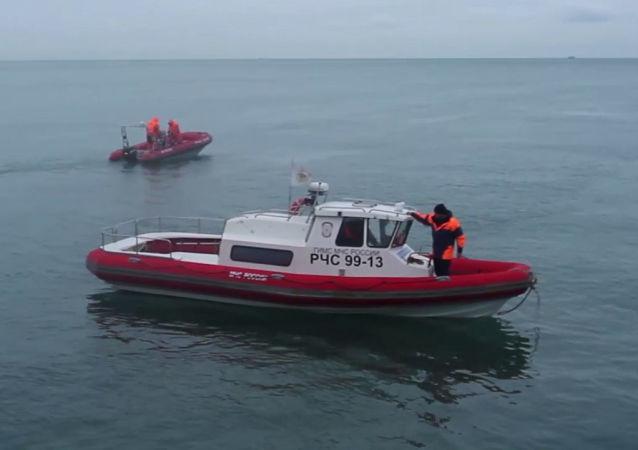 Ratownicy podczas akcji ratowniczej u wybrzeża Morza Czarnego w rejonie katastrofy Tu-154