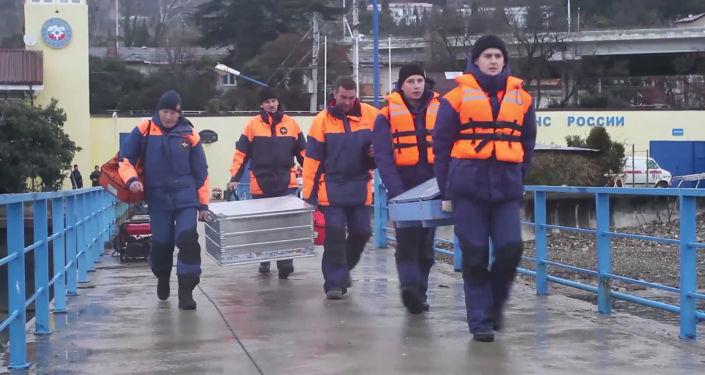 Спасатели во время поисково-спасательных работ у побережья Черного моря в районе крушения самолета ТУ-154