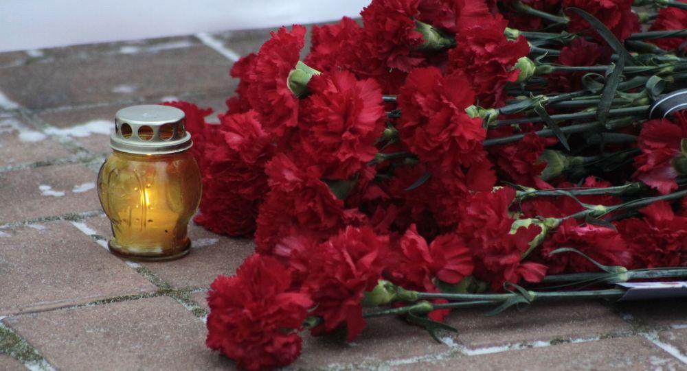 Kwiaty złożone w hołdzie ofiarom katastrofy TU-154