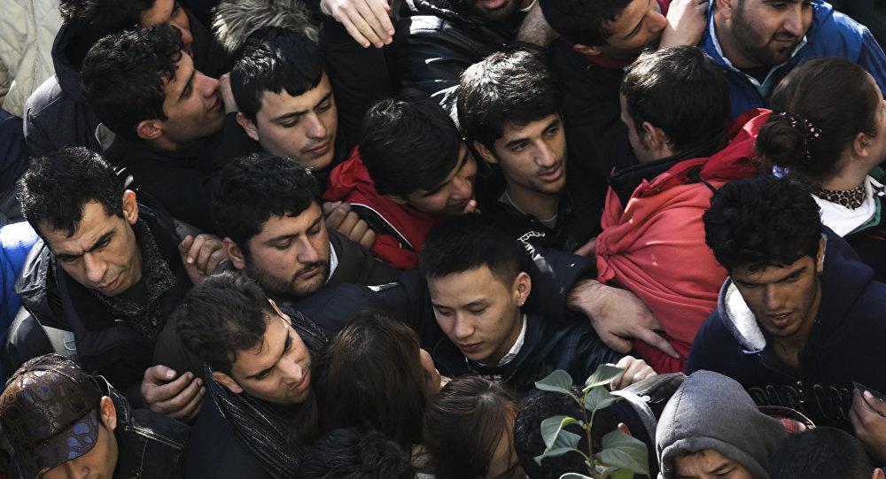 Migranci w kolejce do rejestracji, ośrodek dla migrantów w Berlinie