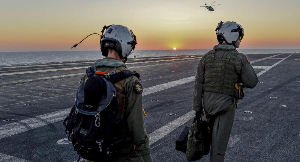Amerykańscy piloci na pokładzie lotniskowca Dwight D. Eisenhower na Morzu Śródziemnym