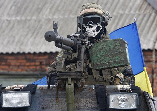 Żołnierz ukraińskich sił zbrojnych w masce podczas operacji w Debalewie, obwód Doniecki