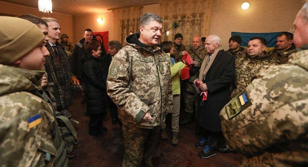 """Prezydent Ukrainy Petro Poroszenko na linii frontu w Donbasie nagrodził amerykańskiego senatora Johna McCaina """"ukraińską imienną bronią"""""""