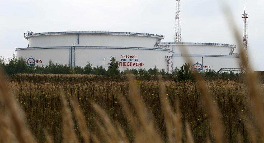"""Widok na zbiorniki ropy ropociągu """"Przyjaźń"""" w pobliżu miejscowości Mozyrz w obwodzie homelskim"""