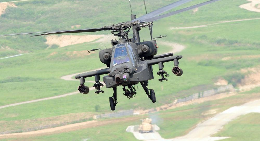 Amerykański śmigłowiec szturmowy Apache AH-64 podczas ćwiczeń wojskowych w Korei Południowej