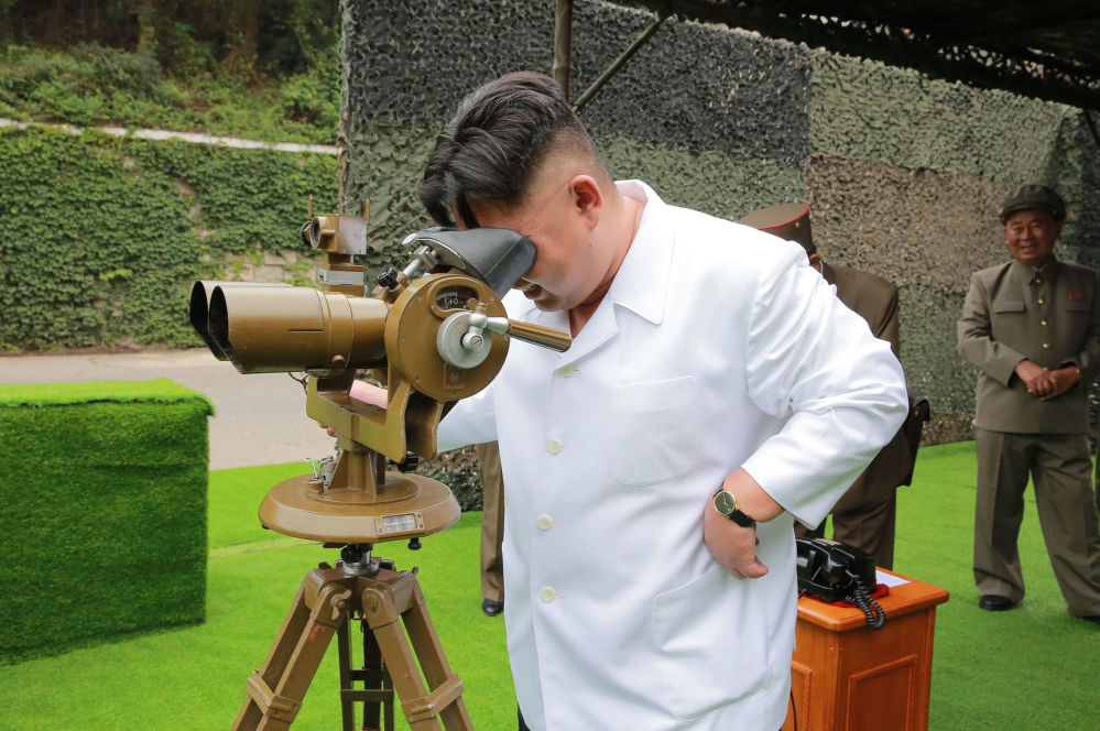 Lider KRLD Kim Dzong Un podczas startu rakiety balistycznej