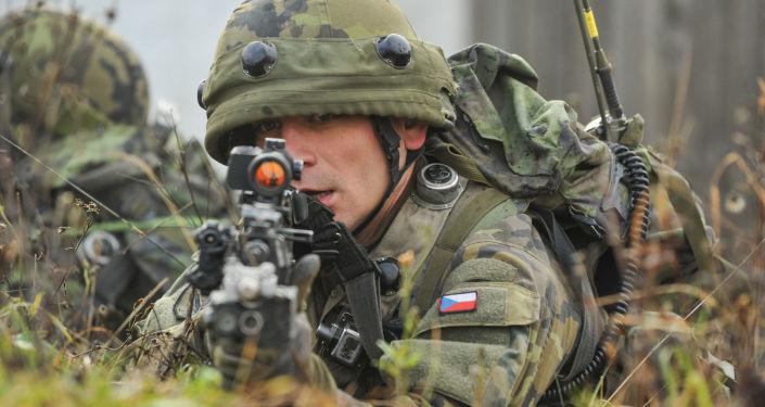 Czeskich żołnierz na międzynarodowych ćwiczeniach wojskowych