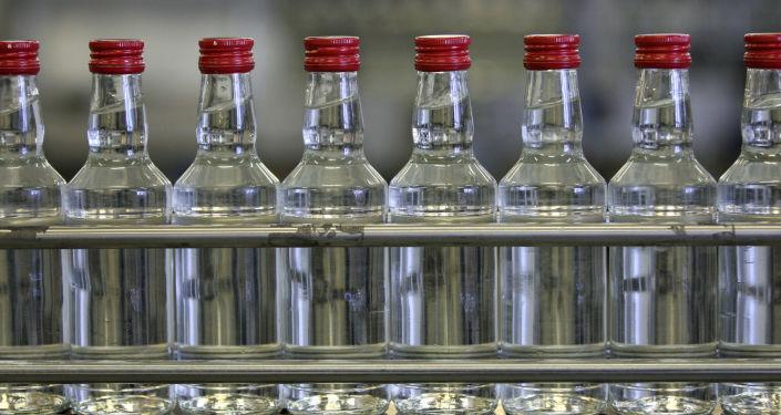 Butelki z wódką na taśmie transporterowej w kazańskim zakładzie produkcji alkoholu