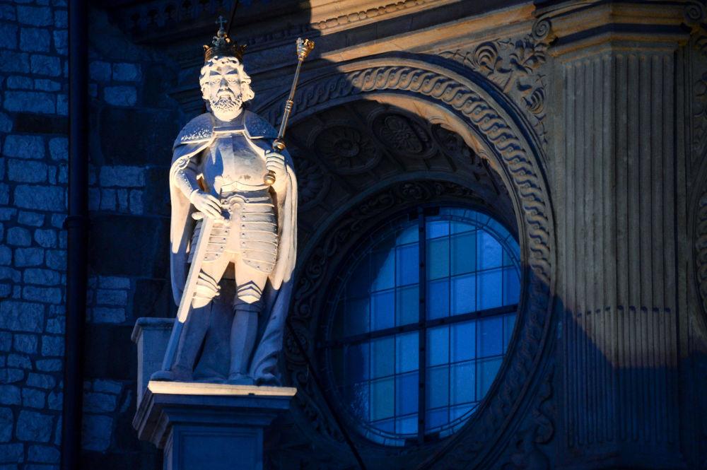 Rzeźba przy Zamku Królewskim na Wawelu