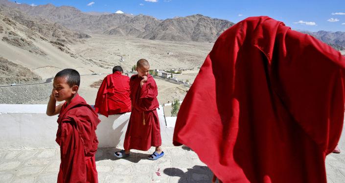 Młodzi zakonnicy w buddyjskim klasztorze Thiksey w mieście Ladakh na północy Indii