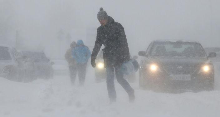 Ludzie na ulicy podczas obfitych opadów śniegu w Kijowie