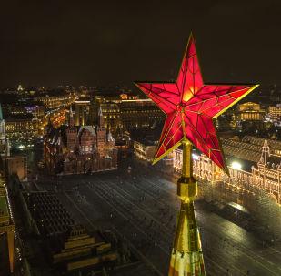 Gwiazda na Baszcie Spasskiej Moskiewskiego Kremla na tle Placu Czerwonego