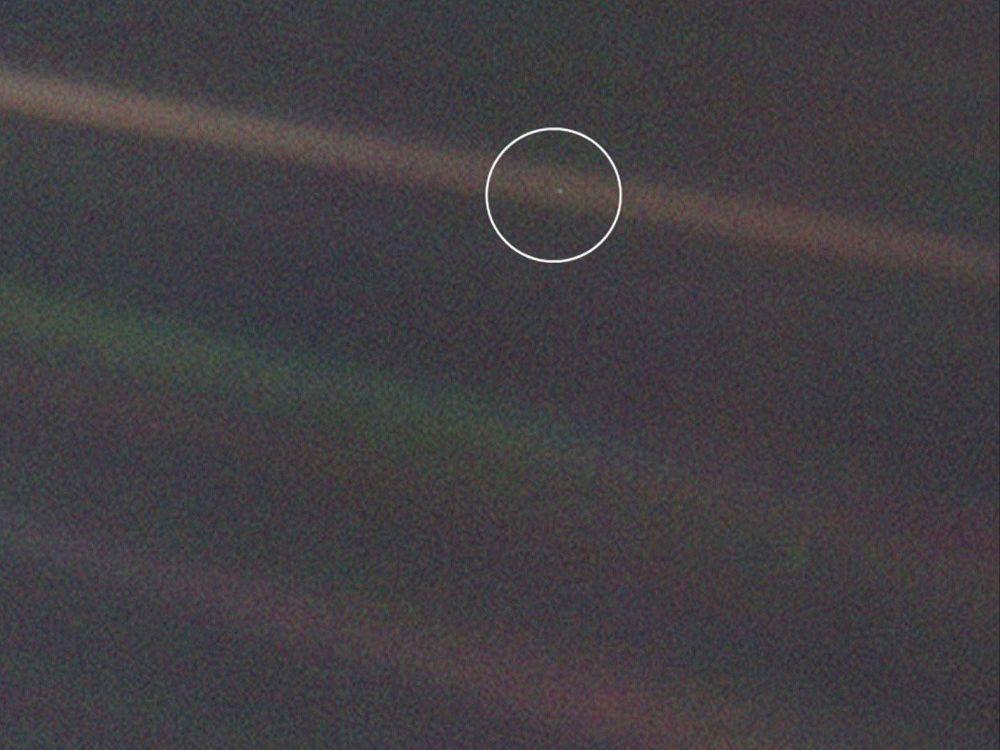 """Jak pokazały te obserwacje, sondy w tej chwili znajdują się w tzw. obłoku lokalnym gazu międzygwiezdnego, który otacza """"bańkę"""" Układu Słonecznego w odległości kilku miliardów kilometrów. Na zdjęciu: Ziemia z odległości 6 miliardów kilometrów sfotografowana przez Voyager-1."""