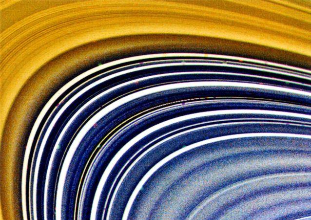 Voyagery po raz pierwszy przesłały wysokiej jakości fotografie Saturna.