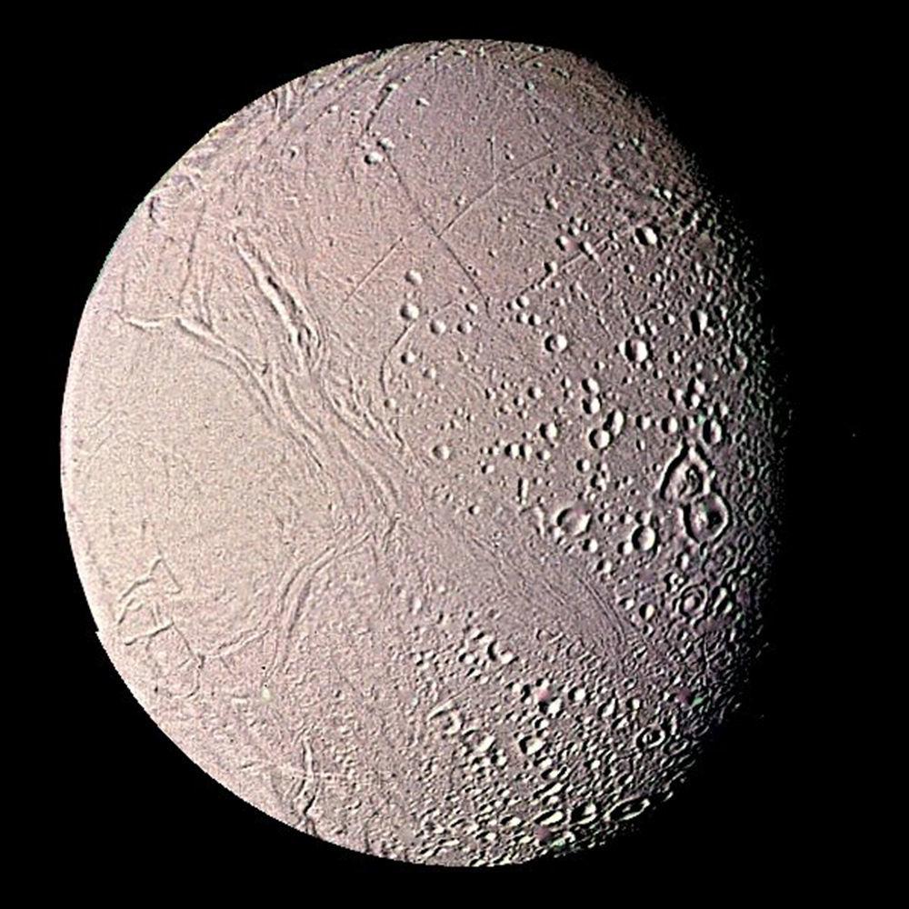 Zdjęcie Encelady, satelity Saturna, wykonane przez Voyager.