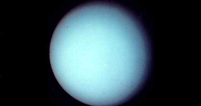 Zdjęcie Uranu zrobione przez sondę kosmiczną Voyager-2 w styczniu 1986 roku