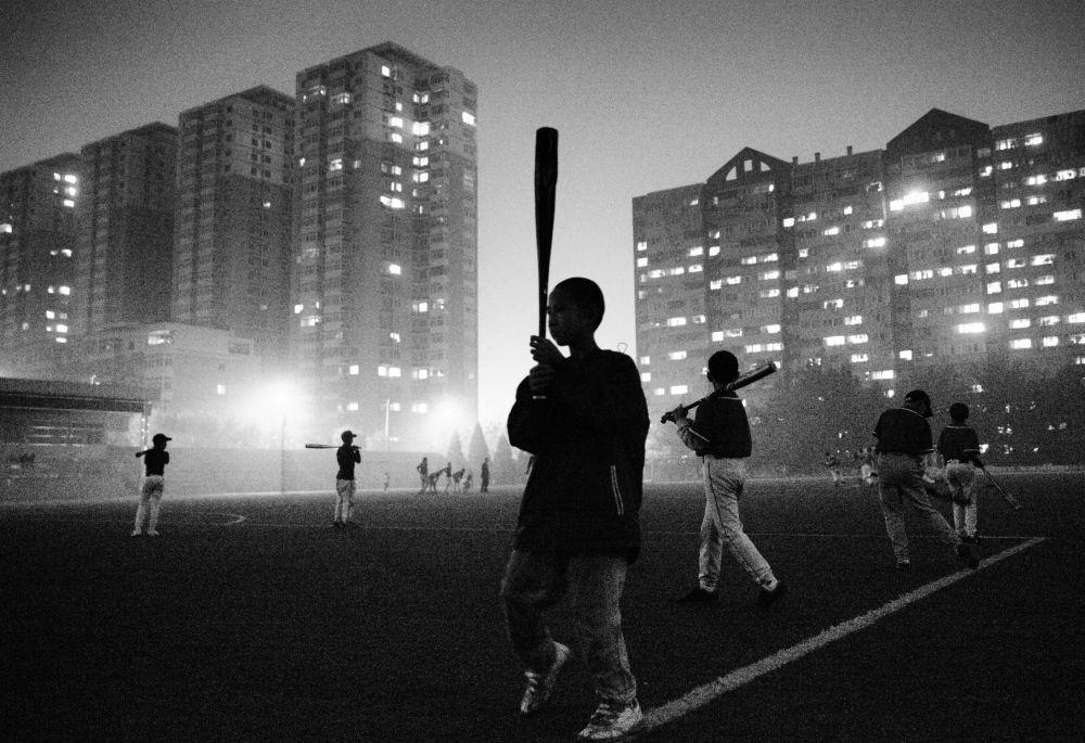 Zdjęcie chińskiego fotografa Guanguana Liu Poor kids' baseball team. Szczególne wspomnienie jury Międzynarodowego Konkursu Fotograficznego im. Andreja Stenina w kategorii Sport.