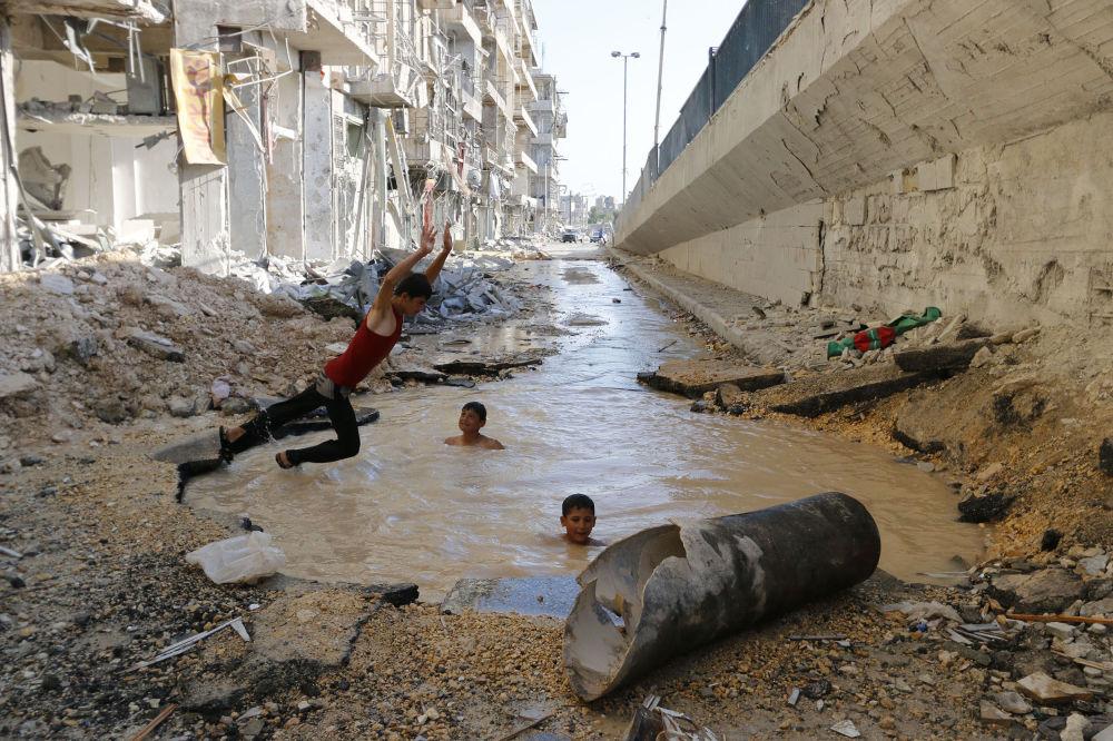 Zdjęcie syryjskiego fotografa Hosama Katana Pool in street, II miejsce Międzynarodowego Konkursu im. Andreja Stenina w kategorii Codzienne życie.