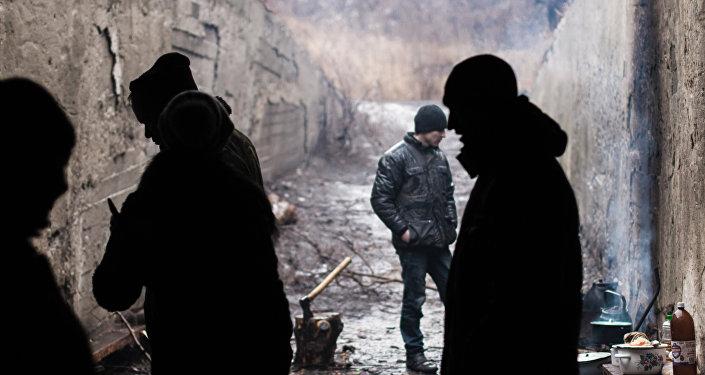 Mieszkańcy miejscowości Marjinka w schronie bombowym
