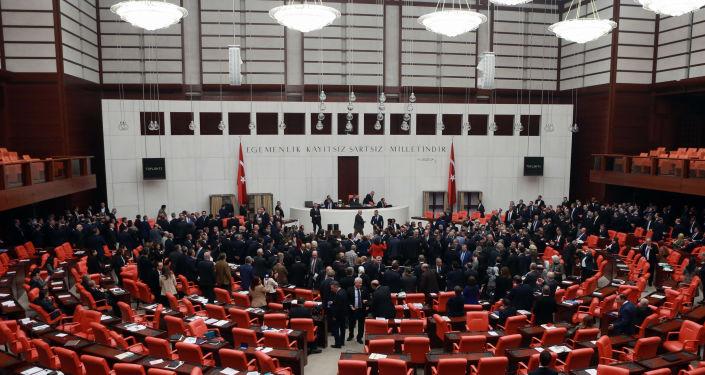 Tureccy ustawodawcy podczas liczenia głosów w debacie na temat reformy konstytucyjnej dotyczącej przejścia na prezydencką formę rządów w parlamencie Turcji
