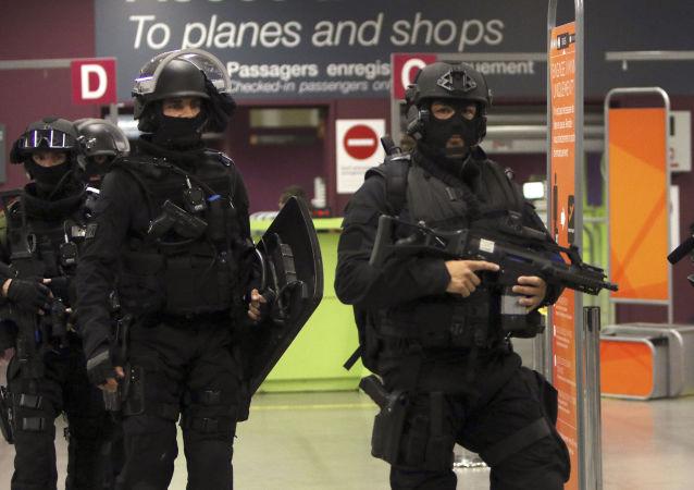 Funkcjonariusze francuskich sił specjalnych na ćwiczeniach antyterrorystycznych na lotnisku w Marsylii
